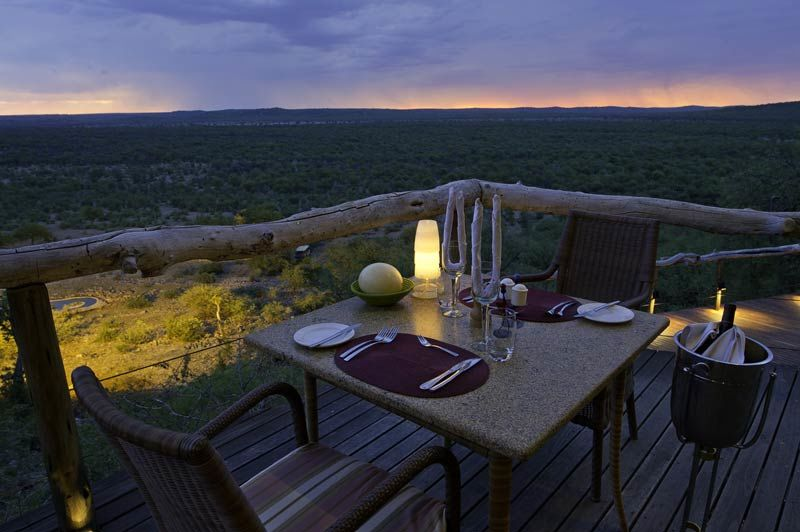 diner tijdens zonsondergang bij Ongava Lodge - Ongava Lodge - Namibië - foto: Lokale agent