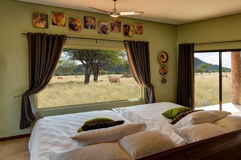 slaapkamer met uitzicht van Okonjima Plains Camp - Okonjima Plains Camp - Namibië - foto: Okonjima Plains Camp