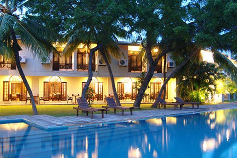 zwembad bij avond - Priyankara hotel - Sri Lanka