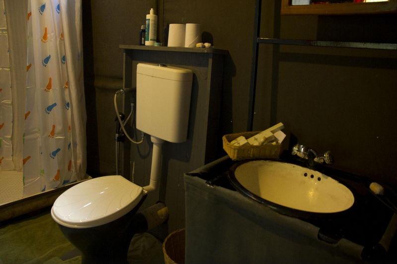 badkamer in het Big Game Camp Wilpattu - Big Game Camp Wilpattu - Sri Lanka - foto: Website