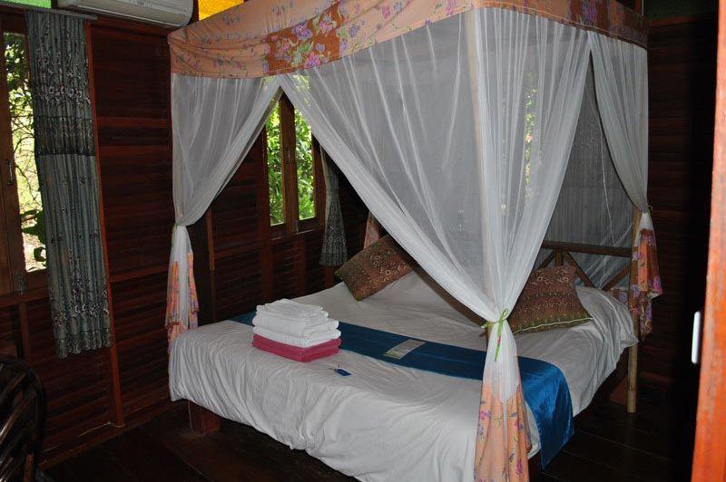 Charmchuree kamer bed Koh Tao - Charm Churee Villa - Thailand - foto: Marloes Wijnhoff