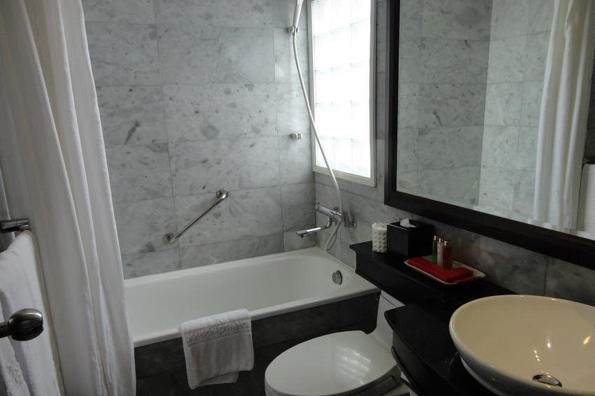 badkamer - Maison d'Hanoi Hanova Hotel - Vietnam - foto: Floor Ebbers