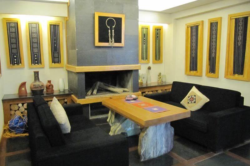 Zitje met haard in de lobby van het Sunny Mountain Hotel in Sapa - Sunny Mountain Hotel - Vietnam - foto: Mieke Arendsen