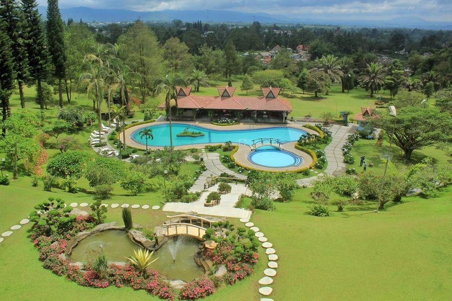 zwembad - Sinabung Hill Resort - Berastagi - Sumatra - Indonesië
