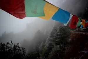 Gebedsvlaggen in de mist- Mongar - Bhutan