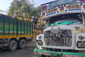 Kleurrijke trucks in Samdrup Jongkhar - Bhutan