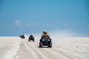 Camp Kalahari - quad rijden - Makgadigadi - Botswana - foto: Camp Kalahari