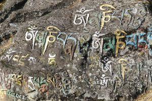 geschrift op stenen in Bhutan - Bhutan