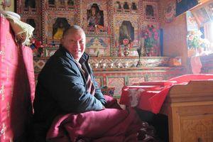 monnik in altaarkamer in homestay - Bhutan