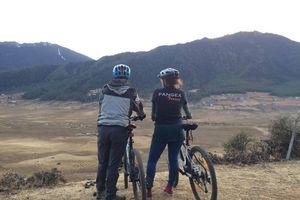 mountainbiken Phobjikha achterkant - Phobjikha - Bhutan