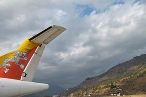 vliegtuig Druk Air op Paro airport - Paro airport - Bhutan - foto: Mieke Arendsen