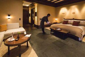 kamer met hotelpersoneel in Gangtey Lodge - Gangtey Lodge - Bhutan - foto: Gangtey Lodge