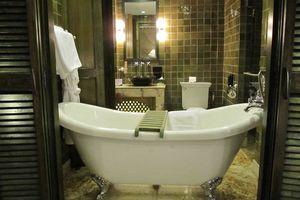 bad in kamer van Druk Hotel - Druk Hotel - Bhutan - foto: Mieke Arendsen
