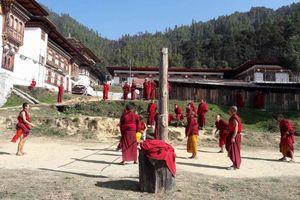 volleybal bij Khotokha klooster oost-Bhutan - Mongar - Bhutan