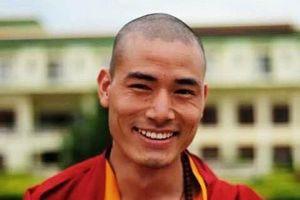 glimlachende monnik in Bhutan - Bhutan