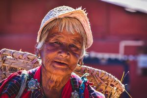 oude vrouw met mand in Bhutan - Bhutan