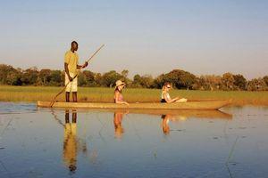 mokoro met toeristen - Okavango Delta - Botswana