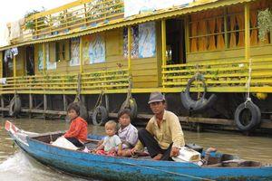 familie op bootje Tonle Sap - Tonle Sap - Cambodja