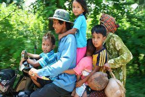 gezin op brommer - Banlung - Cambodja
