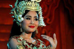 Vrouw tijdens Traditional Dance Show in Phnom Penh - Phnom Penh - Cambodja
