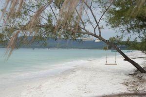 wit zandstrand met blauwe zee en schommel - Koh Rong - Cambodja