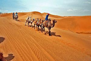 Taklamakan woestijn en desert highway Zijderoute - China zijderoute - China