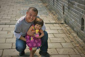 meisje met gids op de grote muur - China