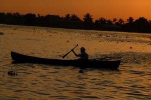 Boot na zonsondergang in de Backwaters - Backwaters - India