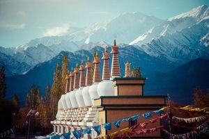 Pagodas en bergtoppen, Ladakh - India