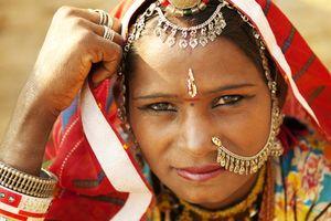 Traditionele vrouw met neussierraad Rajasthan, Jaisalmer - India