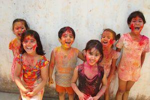 Blije kinderen tijdens het Holi festival - India