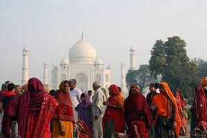 kleurrijke mensen voor de Taj Mahal - India