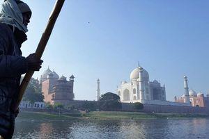 bootsman Yamuna rivier met Taj Mahal - Agra - India