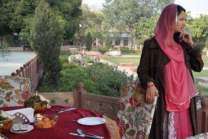 gastvrouw aan tafel - Castle Kanota - India