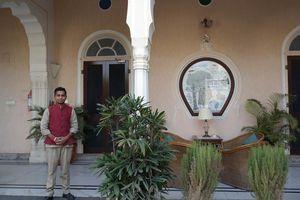 medewerker poseert voor accommodatie - Mandawa Haveli - India