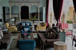 zitkamer met gekleurde stoelen
