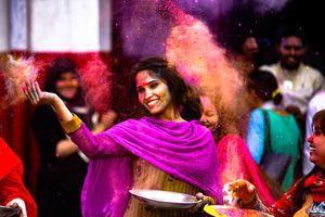 dame tijdens Holi festival met kleurpoeder
