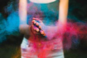 kleurpoeder op handen tijdens Holi festival