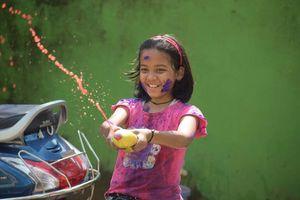 meisje met waterpistool tijdens Holi festival