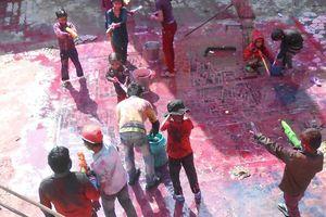 spelende kinderen tijdens Holi festival - India