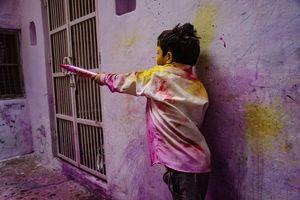 jongetje tijdens Holi - India