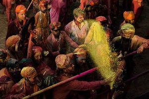 menigte Holi viering - India