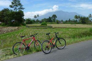fietsen bij berg tijdens fietstocht - Bukkitinggi - Indonesië
