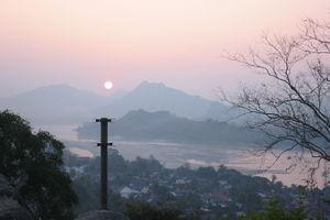 zonsondergang vanaf mount Phousi