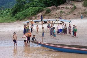 kindjes bij oever Mekong - Pakbeng - Laos
