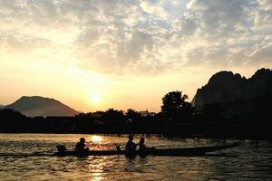 Zonsondergang met bootje op Mekong River - Mekong River - Laos