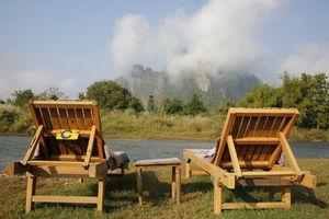 Houten lounge stoelen bij rivier - Laos