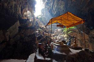 Bronze Thai Buddha en tempeltje in grot, Tham Phu - Laos