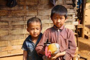 kinderen met haan - Laos