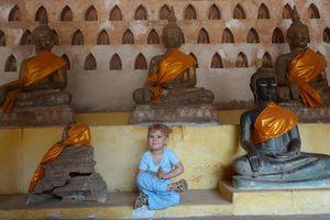 meisje in tempel Vientiane - Laos